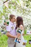 Ένα ρομαντικό ζεύγος ερωτευμένο υπαίθρια Στοκ Εικόνες