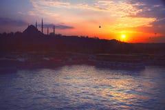 Ένα ρομαντικό ηλιοβασίλεμα στη Ιστανμπούλ, η ιστορική μητρόπολη στο Βόσπορο στοκ φωτογραφία με δικαίωμα ελεύθερης χρήσης