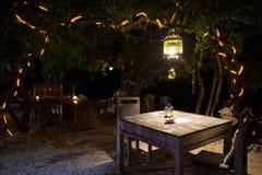 Ένα ρομαντικό ιδιωτικό γεύμα παραλιών με τα κεριά Στοκ εικόνα με δικαίωμα ελεύθερης χρήσης