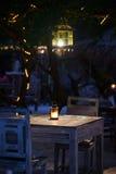 Ένα ρομαντικό ιδιωτικό γεύμα παραλιών με τα κεριά Στοκ φωτογραφία με δικαίωμα ελεύθερης χρήσης