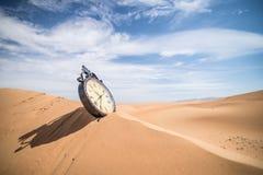 Ένα ρολόι στους αμμόλοφους άμμου Στοκ Φωτογραφία