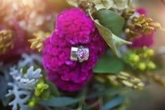 Ένα ρόδινο διαμάντι στα λουλούδια στοκ εικόνες με δικαίωμα ελεύθερης χρήσης