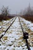 Ένα σακίδιο πλάτης στη διαδρομή σιδηροδρόμων στοκ εικόνες