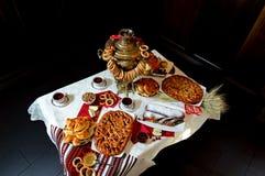 Ένα σαμοβάρι με τις πίτες Στοκ Εικόνες