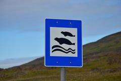Ένα σημάδι στην Ισλανδία, που παρουσιάζει μια θέση πού να βρεθούν οι σφραγίδες Δυτική ακτή της χερσονήσου Vatnsnes στοκ φωτογραφίες