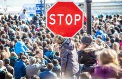 Ένα σημάδι στάσεων στο πλήθος Στοκ Εικόνες