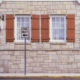 Ένα σημάδι τρόπων μπροστά από τα παράθυρα στοκ εικόνα με δικαίωμα ελεύθερης χρήσης