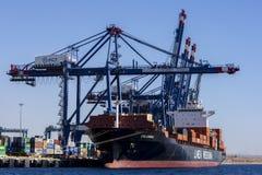 Ένα σκάφος εμπορευματοκιβωτίων ελλιμένισε στο τερματικό εμπορευματοκιβωτίων του Άκαμπα στο Κόλπο του Άκαμπα στην Ιορδανία Στοκ φωτογραφία με δικαίωμα ελεύθερης χρήσης