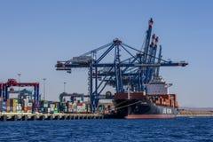 Ένα σκάφος εμπορευματοκιβωτίων το ξεφορτώνει φορτίο στο τερματικό εμπορευματοκιβωτίων του Άκαμπα στο Κόλπο του Άκαμπα στην Ιορδαν Στοκ φωτογραφία με δικαίωμα ελεύθερης χρήσης