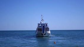 Ένα σκάφος με μια μηχανή και πανιά τουριστών στην μπλε θάλασσα 4k, 3840x2160, HD απόθεμα βίντεο