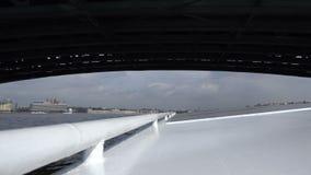 Ένα σκάφος μηχανών περνά κάτω από τη γέφυρα της γέφυρας πέρα από τον ποταμό Neva φιλμ μικρού μήκους
