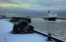Ένα σκάφος μπαίνει στο λιμένα το χειμώνα στοκ εικόνες