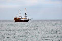Ένα σκάφος πειρατών διασκέδασης για τους τουρίστες που πλέουν με τη θάλασσα Στοκ εικόνες με δικαίωμα ελεύθερης χρήσης
