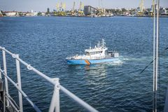 Ένα σκάφος περιπόλων συνόρων που είναι κύριο από μια συνοριακή αστυνομία σε έναν λιμένα στοκ εικόνες