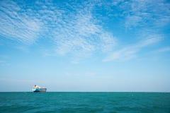 Ένα σκάφος στην μπλε θάλασσα κάτω από το μπλε ουρανό Στοκ φωτογραφία με δικαίωμα ελεύθερης χρήσης