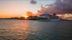 Ένα σκάφος της γραμμής κρουαζιέρας στο ηλιοβασίλεμα απόθεμα βίντεο