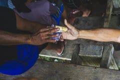 Ένα σκοτάδι και ένα ελαφρύ χέρι ανταλλάσσουν τα χρήματα στοκ φωτογραφίες με δικαίωμα ελεύθερης χρήσης