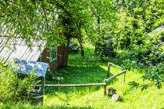 Ένα σπίτι στα αλσύλλια Στοκ εικόνα με δικαίωμα ελεύθερης χρήσης