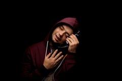 Ένα σπασμένο και μόνο οινοπνευματώδες άτομο με την κατάθλιψη σε ένα μαύρο υπόβαθρο Ένα αρσενικό με ένα σύνολο μπουκαλιών του ποτο Στοκ εικόνες με δικαίωμα ελεύθερης χρήσης