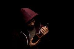 Ένα σπασμένο και μόνο οινοπνευματώδες άτομο με την κατάθλιψη σε ένα μαύρο υπόβαθρο Ένα αρσενικό με ένα σύνολο μπουκαλιών του ποτο Στοκ φωτογραφίες με δικαίωμα ελεύθερης χρήσης