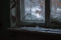 Ένα σπασμένο παράθυρο μέσα σε ένα κτήριο στο χειμώνα στοκ φωτογραφίες