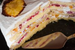 Ένα σπιτικό κέικ γενεθλίων που διακοσμείται με τον ανανά ανθίζει Στοκ Εικόνα