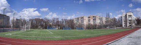 Ένα στάδιο στο σχολικό έδαφος σε μια κατοικήσιμη περιοχή â€ ‹â€ ‹Kramatorsk, Ουκρανία στοκ φωτογραφίες