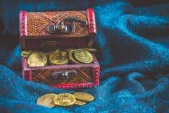 Ένα στήθος με τα χρυσά νομίσματα σε ένα πράσινο υπόβαθρο φύλλα τριφυλλιού Ημέρα StPatrick «s Στοκ Εικόνες