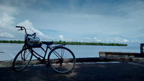 Ένα σταθμευμένο ποδήλατο από το sea& x27 άκρη του s Στοκ Εικόνες