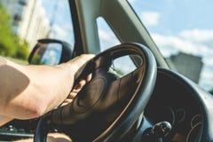Ένα στενό επάνω άτομο που οδηγεί το αυτοκίνητο, εσωτερικό καμπινών στοκ εικόνες