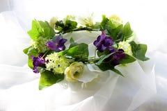 Ένα στεφάνι των άσπρων λουλουδιών και των πράσινων φύλλων σε ένα άσπρο υπόβαθρο στοκ φωτογραφίες με δικαίωμα ελεύθερης χρήσης