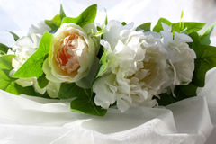 Ένα στεφάνι των άσπρων λουλουδιών και των πράσινων φύλλων σε ένα άσπρο υπόβαθρο στοκ εικόνες με δικαίωμα ελεύθερης χρήσης