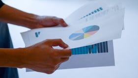 Ένα στοιχείο ανάγνωσης ατόμων του οικονομικού διαγράμματος στοκ φωτογραφίες με δικαίωμα ελεύθερης χρήσης