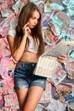 Ένα στοχαστικό κορίτσι με μια εφημερίδα Στοκ φωτογραφίες με δικαίωμα ελεύθερης χρήσης