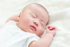Ένα στόμα νέο - γεννημένος ύπνος μωρών στοκ εικόνα
