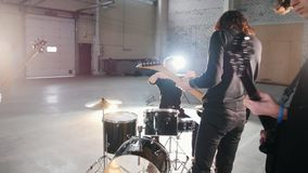 Ένα συγκρότημα ροκ που έχει μια επανάληψη Τυμπανιστής που παρουσιάζει ραβδιά τυμπανιστών του απόθεμα βίντεο