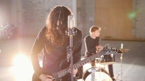 Ένα συγκρότημα ροκ προοπτικής που έχει μια επανάληψη στα φωτεινά φω'τα φιλμ μικρού μήκους
