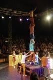 Ένα συγκρότημα acrobatics εκτελεί τις επιδείξεις τους, και υπάρχουν μέρη των ανθρώπων που προσέχουν και που απολαμβάνουν την επίδ στοκ εικόνες