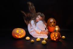 Ένα συμπαθητικό μικρό κορίτσι με τις κολοκύθες και τα μπαλόνια στοκ φωτογραφία με δικαίωμα ελεύθερης χρήσης