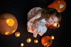 Ένα συμπαθητικό μικρό κορίτσι με τις κολοκύθες και τα μπαλόνια στοκ φωτογραφία
