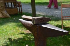 Ένα σφυρί που βάζει σε ένα αμόνι στο πάρκο στην ηλιόλουστη ημέρα στοκ φωτογραφία με δικαίωμα ελεύθερης χρήσης