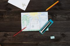 Ένα σχέδιο παιδιών ` s που σύρεται από τα μολύβια βρίσκεται σε έναν ξύλινο πίνακα Στοκ Εικόνα