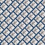 Ένα σχέδιο των ασημένιων κιβωτίων δώρων σε ένα μπλε υπόβαθρο Στοκ Εικόνες