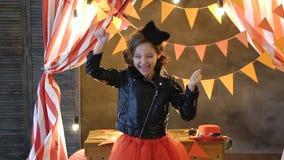 Ένα σχεδόν τρελλό κορίτσι, που χορεύει με την τρίχα της και που αισθάνεται πολλές ευτυχία και ελεύθερη κυκλοφορία φιλμ μικρού μήκους