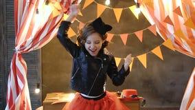 Ένα σχεδόν τρελλό κορίτσι, που χορεύει με την τρίχα της και που αισθάνεται πολλές ευτυχία και ελεύθερη κυκλοφορία απόθεμα βίντεο