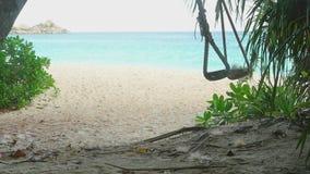 Ένα σχοινί ταλαντεύεται στην παραλία, σε αργή κίνηση φιλμ μικρού μήκους