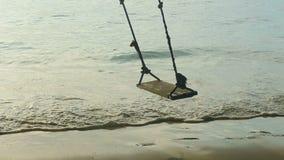 Ένα σχοινί ταλαντεύεται στην παραλία, σε αργή κίνηση απόθεμα βίντεο