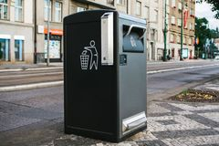Ένα σύγχρονο έξυπνο δοχείο απορριμμάτων στην οδό στην Πράγα στη Δημοκρατία της Τσεχίας Αποκομιδή των αποβλήτων στην Ευρώπη για επ στοκ φωτογραφία με δικαίωμα ελεύθερης χρήσης
