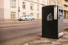 Ένα σύγχρονο έξυπνο δοχείο απορριμμάτων στην οδό στην Πράγα στη Δημοκρατία της Τσεχίας Αποκομιδή των αποβλήτων στην Ευρώπη για επ στοκ φωτογραφία