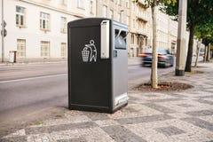 Ένα σύγχρονο έξυπνο δοχείο απορριμμάτων στην οδό στην Πράγα στη Δημοκρατία της Τσεχίας Αποκομιδή των αποβλήτων στην Ευρώπη για επ στοκ εικόνες